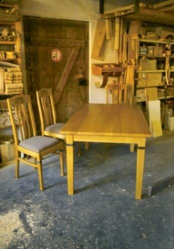 Tisch nach Kundenwunsch Stühle waren vorhanden
