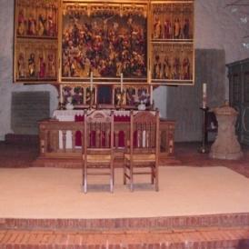 Rosettenstuhl_vorm_Altar