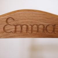 Kinderstuhl Emma – Name geschnitzt